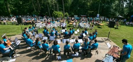 In de schaduw van een eik genieten van muziek in Veldhoven