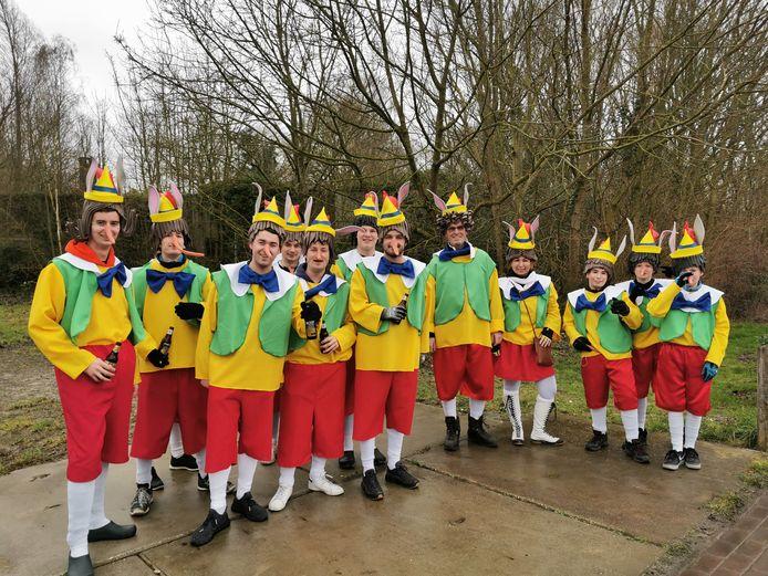 De Zwalpeiers wachten op hun wagen in Aardenburg.