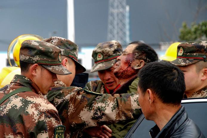 Hulpverleners behandelen een gewonde.