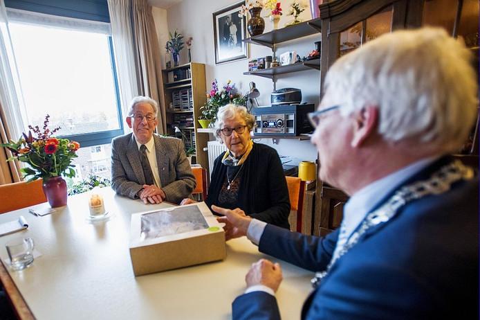Burgemeester Luijendijk van Gemeente Loon op Zand bracht een bezoek aan het paar.
