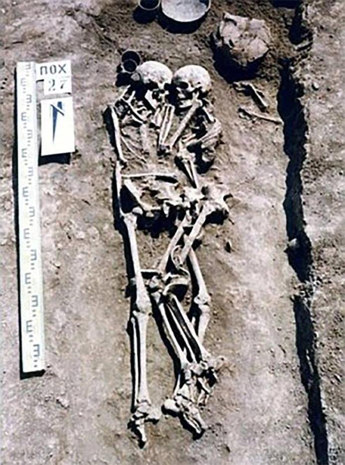 Het koppel werd 3000 jaar later verstrengeld in het graf gevonden.