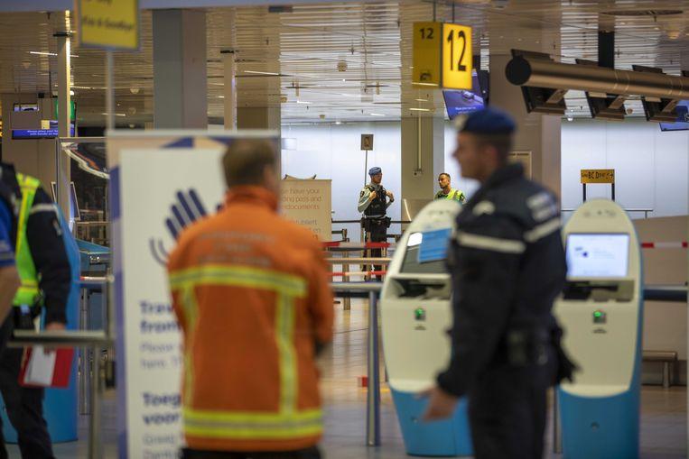 Hulpdiensten en marechaussee in de vertrekhal van Schiphol na het incident. Beeld ANP