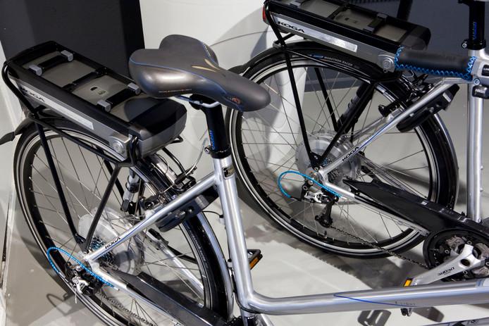 Twee e-bikes met een accu achterop.
