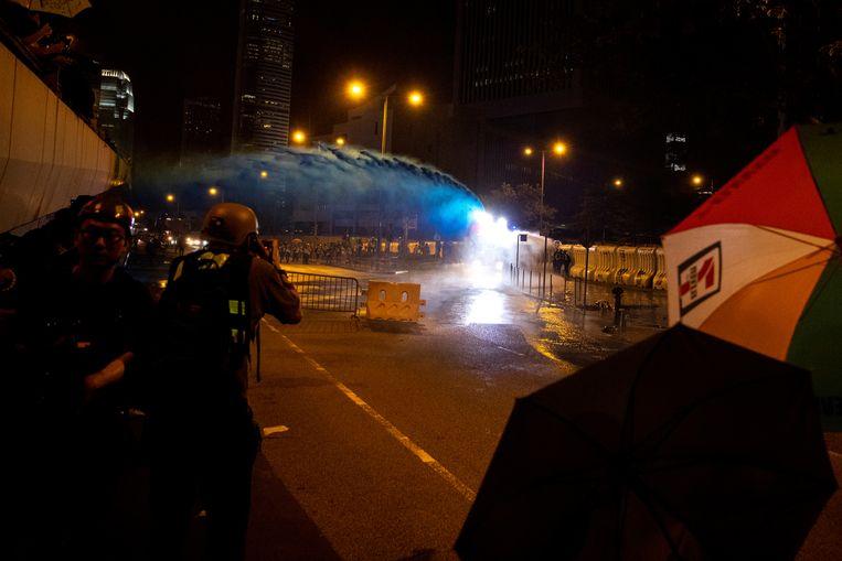Agenten zetten traangas in tegen de betogers.