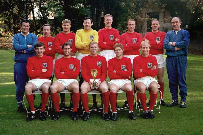 Het team van Engeland dat in 1966 wereldkampioen werd op Wembley. Nobby Stiles staat op de bovenste rij als tweede van links.
