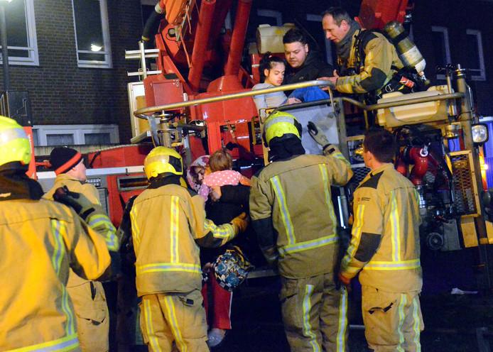 De brandweer haalde gisteravond met hoogwerkers angstige bewoners uit hun woning