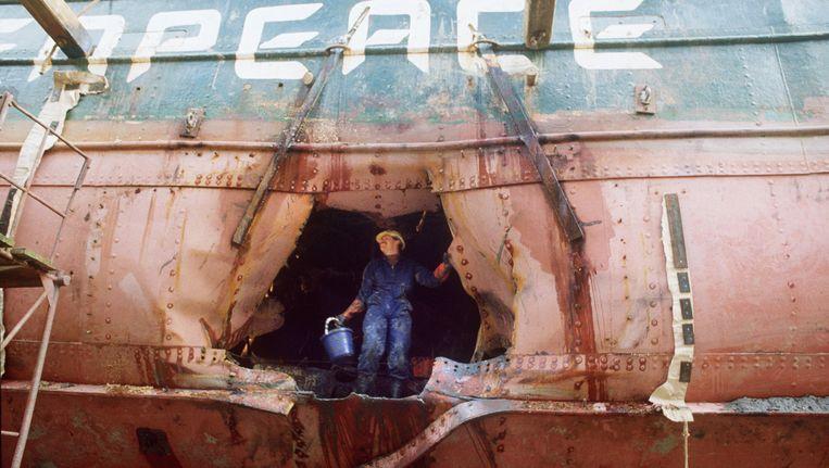 De schade aan de Rainbow Warrior wordt opgemeten in de haven van Auckland, enkele weken na de bomaanslag van 9 juli 1985.