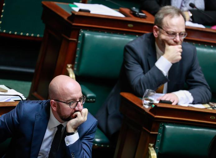 De Belgische premier Charles Michel (L) en N-VA-fractievoorzitter Peter De Roover (R) vandaag tijdens het debat in Brussel
