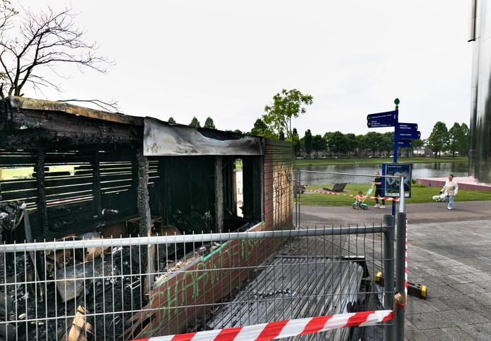 Van de kiosk in het Henri Dunantpark bleef weinig over. De buurtbewoners zijn geschokt door de brand.