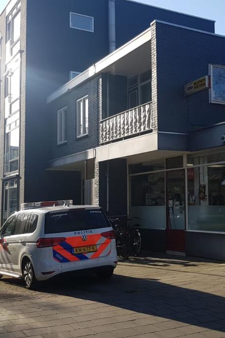 Politie Gouda houdt persoon met wapenstok bij zich aan na overval op snackbar