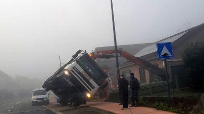 Truck kantelt aan bowlingcentrum Berkerijs