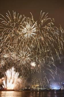 Kijken naar vuurwerkshow Wereldhavendagen vanaf Euromast