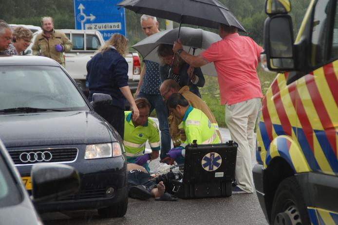 Hulpverleners ontfermen zich over de man