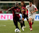 Clarence Seedorf in de Supercupfinale van 2007. Achter hem Jose Luis Marti van Sevilla