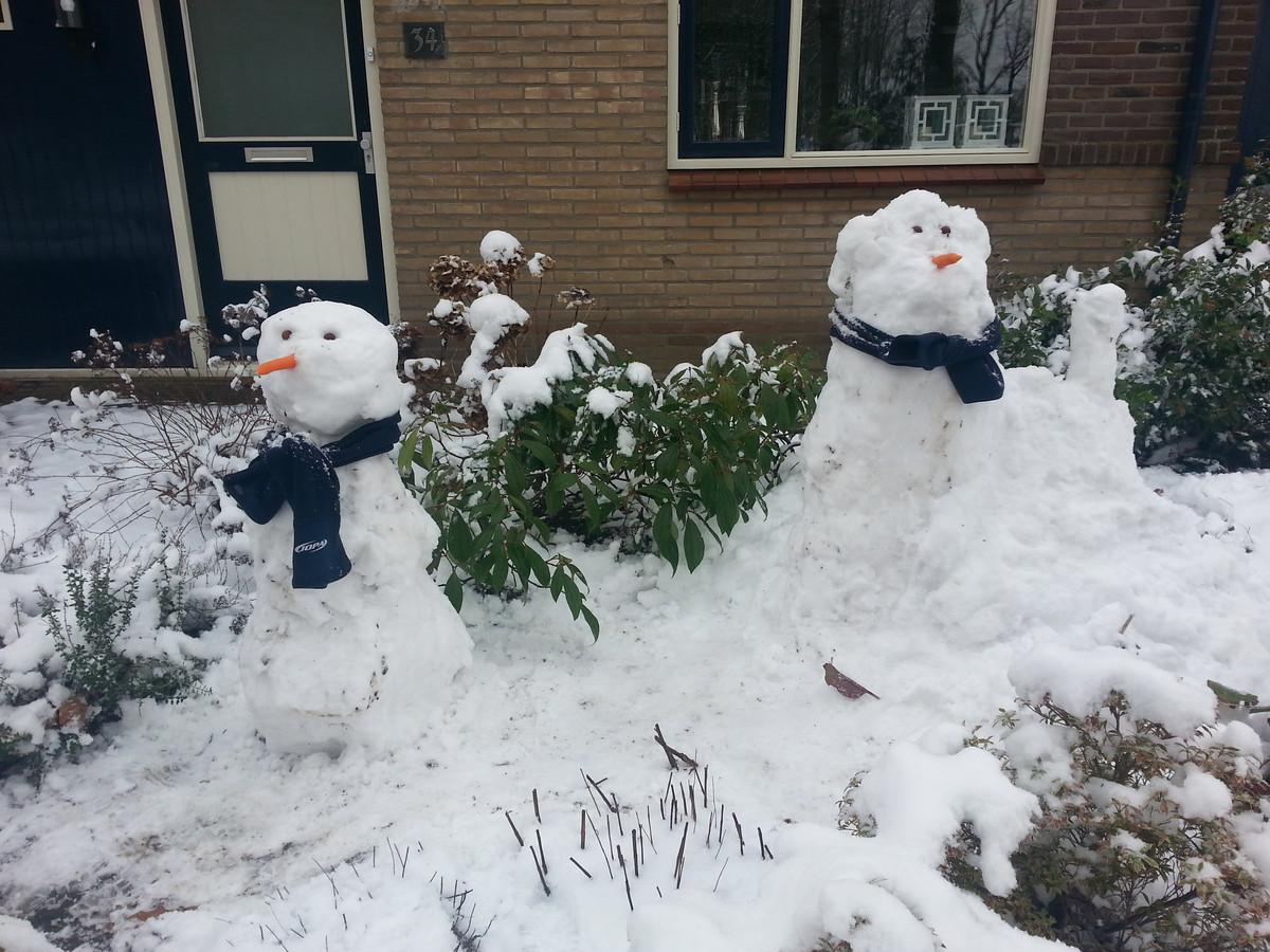 """Nikki en Lise Peelen maakten vanochtend deze twee sneeuwpoppen. """"Al lekker druk bezig geweest vanochtend"""", mailde Jan-Peter Peelen."""