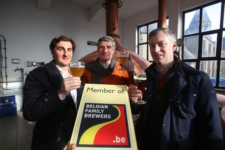 De brouwers tonen trots hun erkenning van de Belgian Family Brewers.