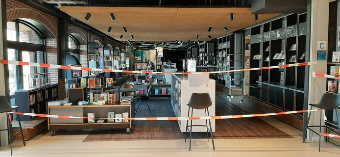 De bibliotheek in Harderwijk is met linten afgesloten van de hal van het stadhuis.