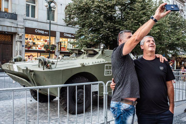 Ter herdenking van de invasie van 1968 wordt er op het Wenceslasplein een tank tentoongesteld. Beeld Simon Lenskens