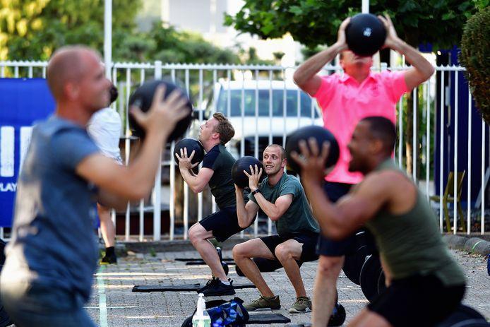 Een groep sporters traint intensief bij CrossFit Zuid. Op tijd water drinken is het devies.
