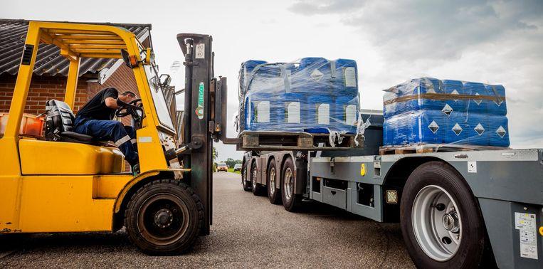 Bij een bedrijf in Lunteren werd in opdracht van de NVWA verdacht materiaal op transport gezet. Beeld anp