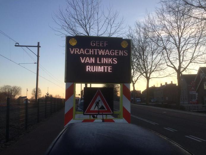 Matrixborden waarschuwen het verkeer op de Parallelweg