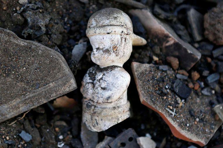 Een beeldje tussen het puin van woningen in Valparaiso.