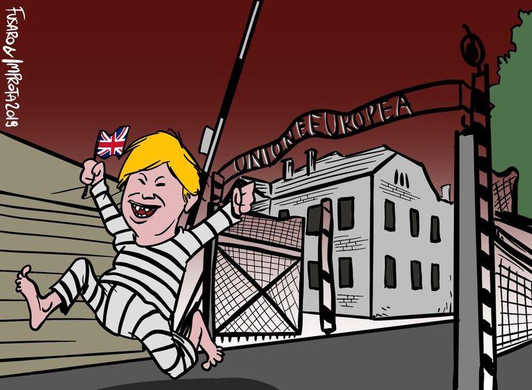 In de cartoon is te zien hoe Boris Johnson uit een toegangspoort loopt die fel lijkt op die van Auschwitz.