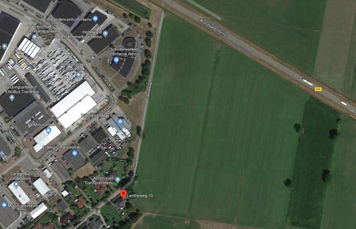Flip Jonkman (Lentheweg 10) is ervan overtuigd dat de uitbreiding van het bedrijventerrein pal achter zijn woning komt.