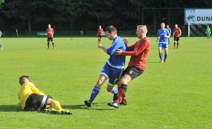 Duno (blauw shirt) won de bekerwedstrijd tegen SC Bemmel met 3-1.