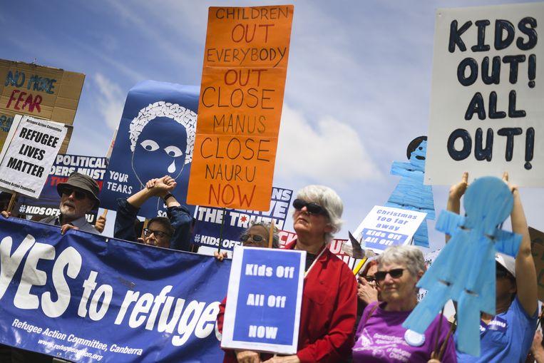 Demonstranten in Canberra eisen dat vluchtelingenkinderen die in Nauru verblijven van het eiland worden gehaald. De Australische regering is inmiddels gezwicht en beloofde de kinderen voor het einde van het jaar weg te halen.