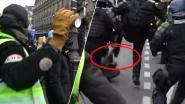 VIDEO. Geel hesje gooit kartonnen bekertje naar politie. Hij krijgt slagen en stamp terug
