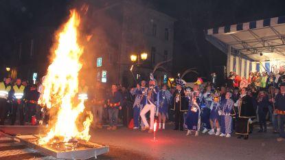 """Prinsenpaar neemt afscheid met traditionele popverbranding: """"2 jaar geleden gestart als hofnarren, en zie ons nu!"""""""