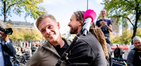 PowNed-verslaggever krijgt ongewenste knuffel van Willem Engel: 'Ik ga me laten testen'