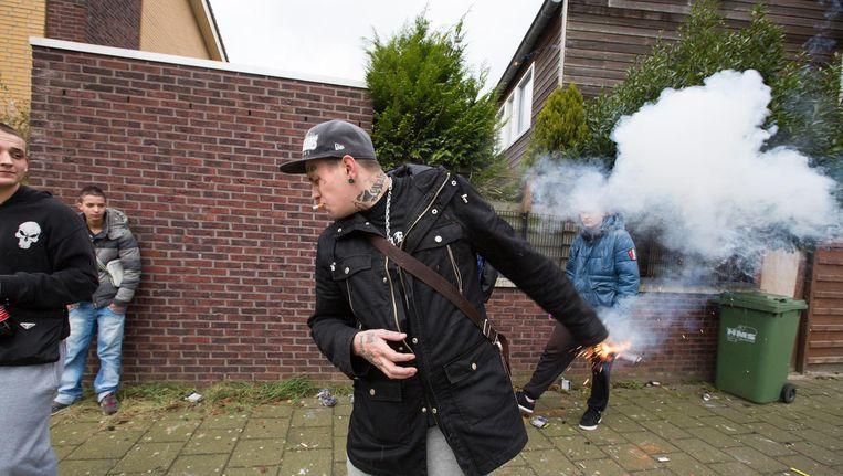 Bij het afsteken van legaal vuurwerk gaat het begin 2015 in Den Haag mis. De 'Thunderking' - die op de grond moet worden afgestoken - ontploft in de hand, met lichte brandwonden tot gevolg. Beeld Najib Nafid