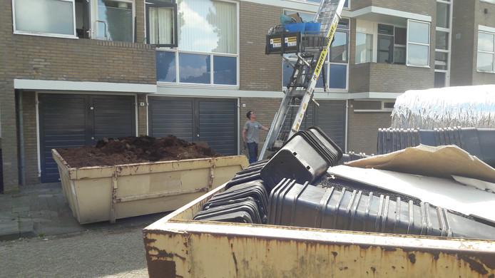 Medewerkers van een bouwbedrijf hebben aan één dag niet genoeg om de flat aan de Zalbommelseweg in Oss leeg te ruimen.