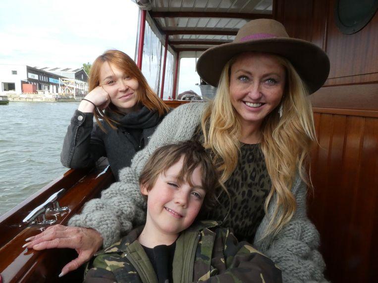 Fotograaf Christina Kooiker, blogger Francisca van der Mast en haar zoon Gabriël. Ook aan het werk. Beeld Hans van der Beek