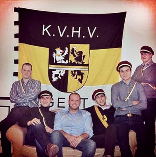 Une photo de Theo Francken aux côtés de Dries Van Langenhove (deuxième en partant de la droite) a refait surface sur les réseaux sociaux. Il pose avec des membres du KVHV (Katholiek Vlaams Hoogstudentenverbond), une union d'étudiants nationaliste et catholique.