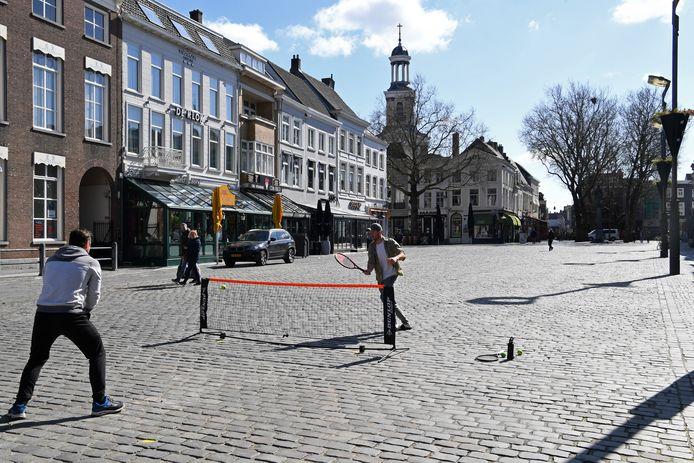 Vanaf volgende week wordt de Grote Markt een groot terras. Een ander beeld dus dan afgelopen maanden, toen het er zo rustig was dat jongeren er zelfs konden tennissen.
