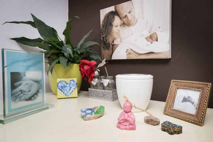 Herdenkingsplekje in de woonkamer van Marlies de Waard-Veuger en Michiel Veuger met  een foto van zoontje Levi die overleed voor de geboorte.