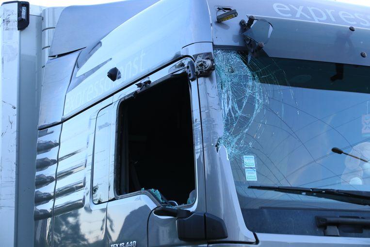 Ook de vrachtwagen liep schade op.