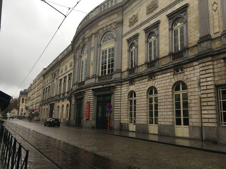 Het uitspringende deel aan de Schouwburgstraat wordt de hoofdingang.