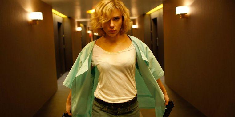Lucy (Scarlett Johansson) komt per ongeluk in aanraking met drugs die haar bovenmenselijke krachten geven. Ze trekt ten strijde tegen tegenstanders uit het verleden.  Beeld geen