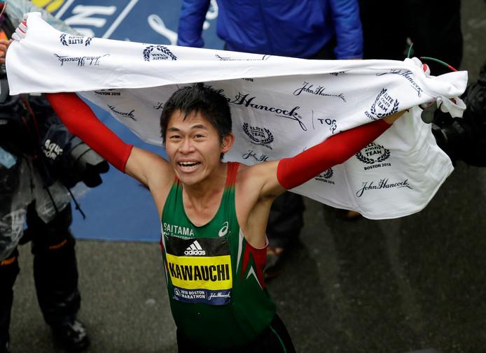Yuki Kawauchi viert zijn zege in de Boston Marathon.