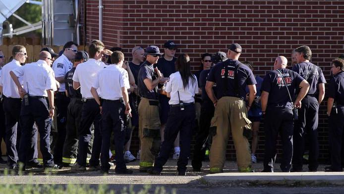 Veiligheidsdiensten staan voor het huis van de verdachte James Eagan Holmes.