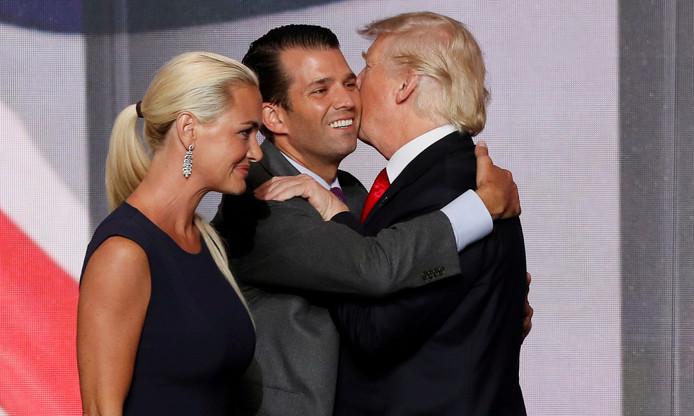 Donald Trump junior krijgt een knuffel van zijn vader. Naast hem zijn toenmalige vrouw Vanessa.