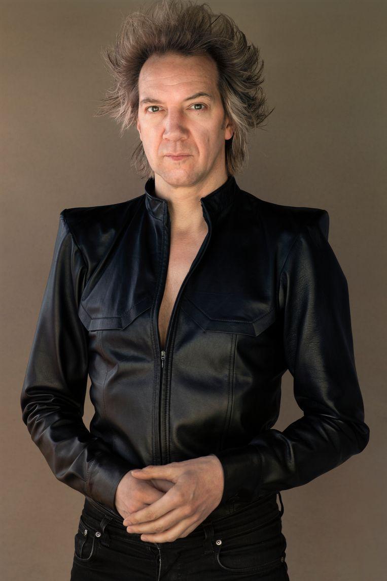 Sven Ratzke (1977) is een Duits-Nederlandse zanger en entertainer die de wereld over reist met zijn onemanshows. Deze foto is genomen tijdens de lockdown, toen zijn internationale tour met de muziek van David Bowie werd geannuleerd. Op 1 augustus keert hij terug, met een avond Ratzke zingt Bowie in Paradiso. Beeld Koos Breukel