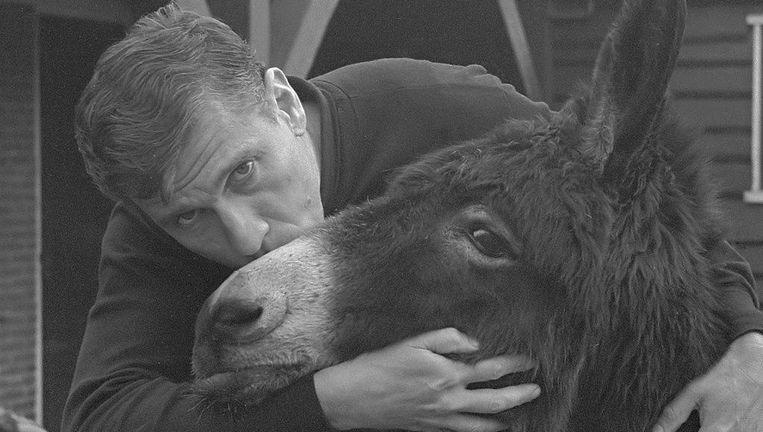 Gerard Reve liet zich rond het proces graag met een ezel fotograferen Beeld Joost Evers/Anefo