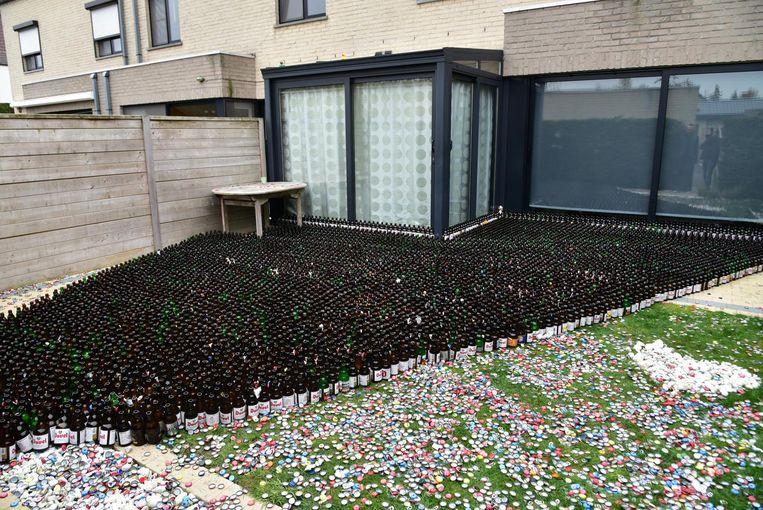 De 7.992 lege flesjes werden in de tuin gezet.