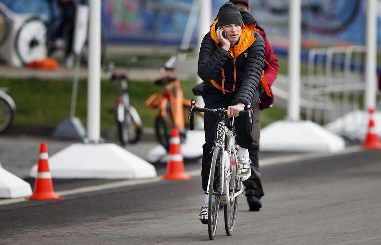 Sven Kramer op de fiets buiten de Adler Arena na de training van de Nederlandse schaatsers tijdens de Olympische Winterspelen. Beeld anp
