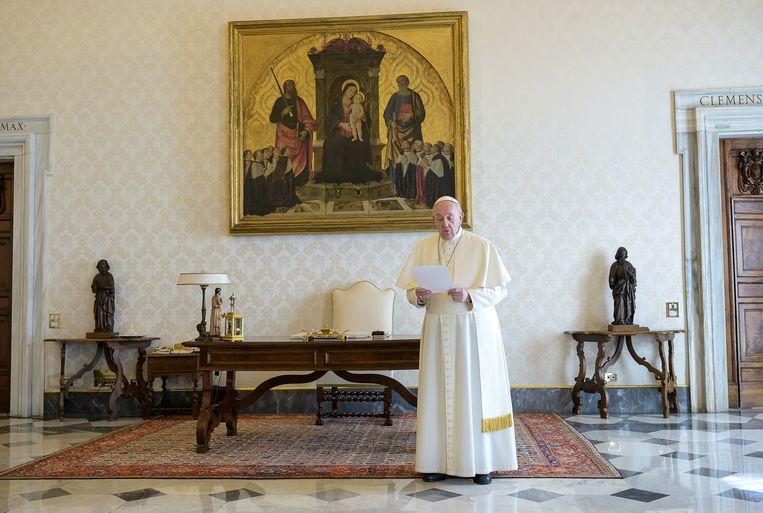 Paus Franciscus, vanuit de pauselijke bibliotheek in het Vaticaan, gaat voor in het Onze Vader.  Beeld Reuters